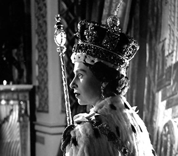 A koronázási szertartáson 1953 júniusában. Erzsébet ekkor 27 éves volt.