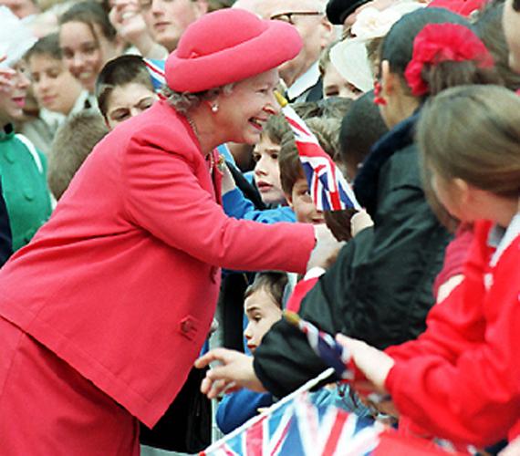 A királynő a második világháború végének 50. évfordulóján veteránokkal találkozik. II. Erzsébet itt 69 éves.