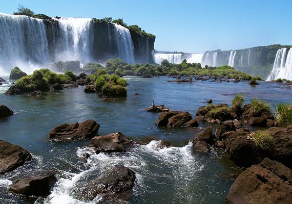 Az argentin Iguazú-vízesés 82 méter magas és nem kevesebb, mint 270 különálló, kisebb zuhatagból áll össze.