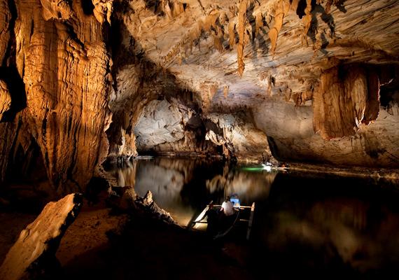 A Fülöp-szigeteken található Puerto Princesa a világ leghosszabb föld alatti folyója, 8,2 km-en kígyózik végig a barlangrendszerben.