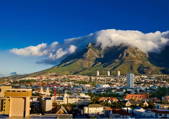 Az afrikai Tábla-hegy Fokváros fölött emelkedik, a szóbeszéd szerint a sima tetejű hegyen hajdanán istenek éltek.