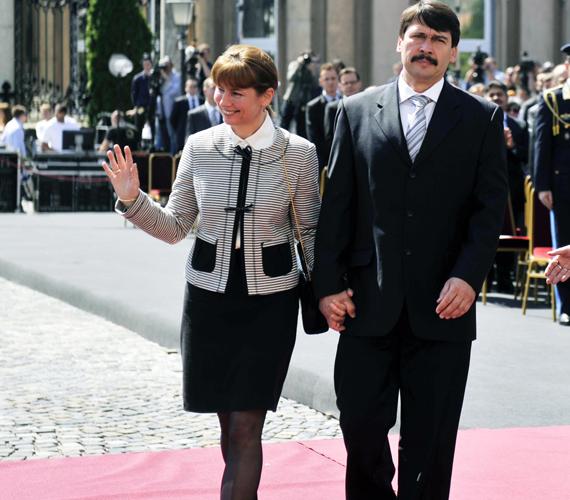 A Sándor-palota díszőrsége és a Honvéd Palotaőrség parancsnoka fogadta a palotába belépő párt.