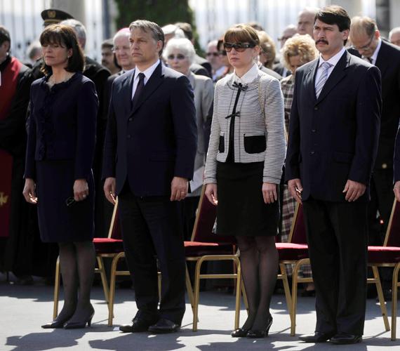 Herczegh Anita férje oldalán az ünnepélyes beiktatáson. Mellette Orbán Viktor miniszterelnök és felesége, Lévai Anikó.