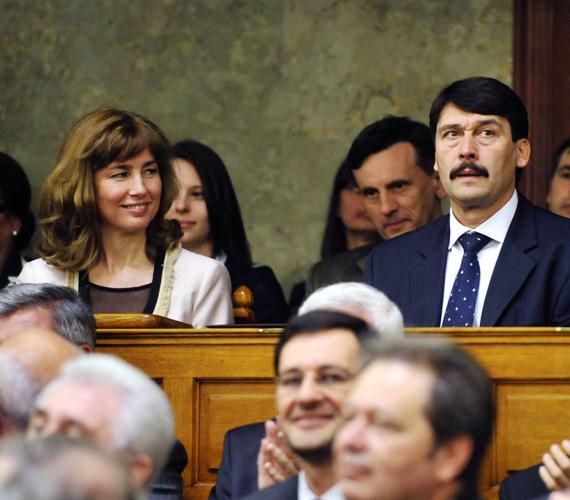 Áder izgul, felesége mosolyog.