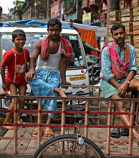India lakossága több mint egymilliárd fő - a Földön minden hatodik ember indiai. A születéskor várható élettartam a nők esetében 64 év, a férfiaknál 63 év. Az évi népességnövekedés mértéke 1,47%-os, a szám azonban folyamatosan csökken a születésszabályozás miatt.