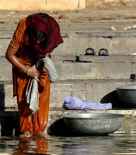 Bár India lakosságának körülbelül 80%-a hindu vallású, itt található a világ harmadik legnagyobb iszlám közössége. Jelentős vallás továbbá a kereszténység, a szikhizmus, a buddhizmus és a dzsainizmus. Az ország azonban nem csak a vallás tekintetében sokszínű: megszámlálhatatlan népcsoport él itt - a legnagyobb számban az őslakosoknál világosabb bőrű árják.