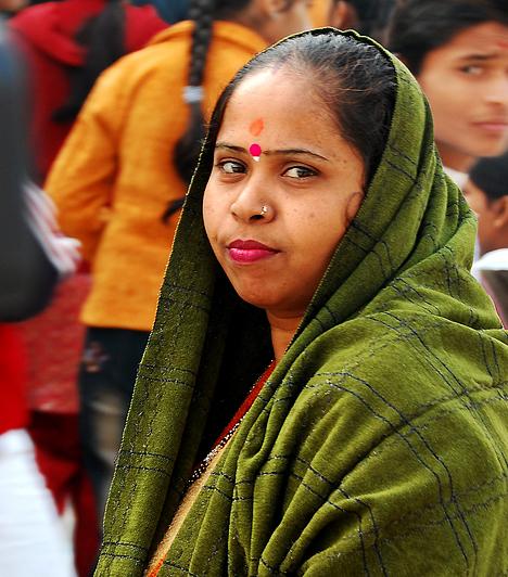 A megszámlálhatatlan népcsoport, vallás és kaszt mellett kevés olyan dolog van Indiában, mely az ország minden pontján ugyanolyan. Ezen kevesek közé tartozik a bőr színe: minél világosabb, annál előkelőbbnek számít az ember. A társadalmi értékrend szerint az északi, magas és világos bőrű indoárja népek a sötét bőrű, alacsony, déli dravidák felett állnak.Kapcsolódó cikk:3 kegyetlen ország, ahol szörnyű nőnek lenni »