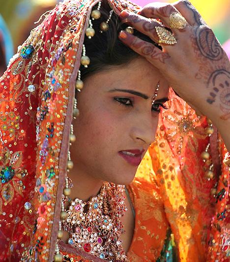 A menyasszony feldíszítését, beleértve a hennával történő testfestést, több nő végzi - a testfestés egyfajta kapcsolattartás a nők között. Mintákat csak a kézre és a lábra festenek - a talp e tekintetben is kiemelt hely, hiszen itt érintkezik egymással a test és a föld.