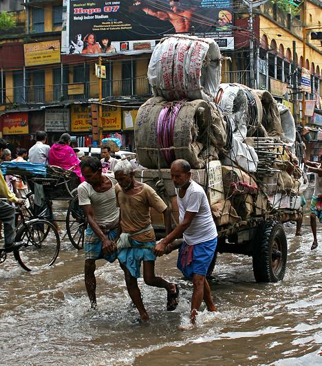 India éghajlatát a monszun határozza meg. A nyári monszun júniusban kezdődik, és négy hónapig tart - ebben az időszakban esik le az évi csapadék legnagyobb része. Az ekkor összegyűjtött vízmennyiségből gazdálkodik az ország, az év többi része ugyanis többnyire száraz. Az indiai tavasz a legszárazabb, ekkor nem ritka az 50°C-os hőmérséklet.