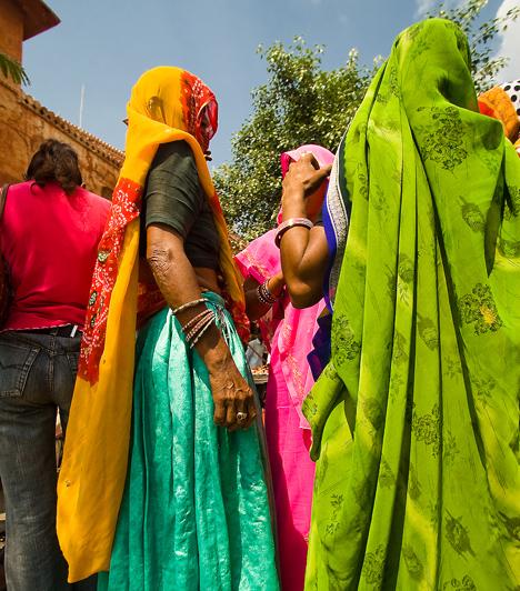 Indiában ma is természetes, hogy az összejöveteleken a nők és a férfiak külön helyiségben tartózkodnak, sőt, sok helyen még ma sem illendő nyilvánosan randevúzni. Ez azonban csak látszat: a hinduk szerint a szex az élet egyik legfontosabb örömforrása, amit gyakorta kell végezni. A frigiditás Indiában szinte teljesen ismeretlen fogalom, a szenvedély pedig a nők egyik leghatékonyabb fegyvere.