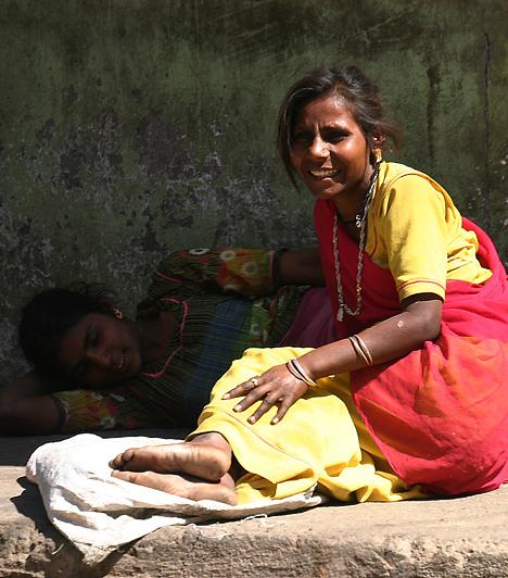 A nagy lendületű gazdasági fejlődés következtében hatalmas mértékben nőtt a különbség az egyes társadalmi rétegek között: India lakosságának közel fele a szegénységi szint alatt él, vagyis alig 200 forintból naponta.
