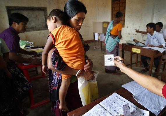 Indiai nő a szavazófülkében.