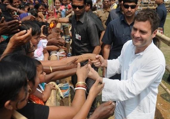 Sokan az Indiai Néppártot tartják esélyesnek, ami megtörné az országot 65 éve irányító Indiai Nemzeti Kongresszus uralmát és a Gandhi család vezető politikai szerepét. Sonia Gandhi és fia, Rahul - a képen - iránt az ország gyenge gazdasági teljesítménye és a munkahelyteremtés lelassulása miatt ingott meg a bizalom.