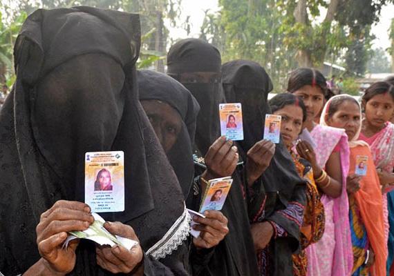 Nők állnak sorba az indiai parlamenti választásokon.