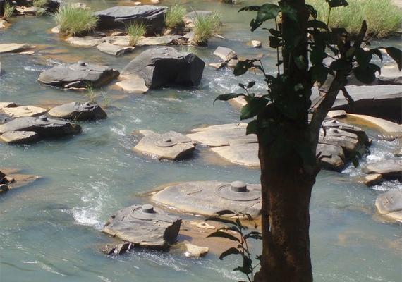 A Shalmala folyó vize nemrégiben néhány centisre apadt, felfedve a meder alján rejtőző ősi szobormaradványokat.