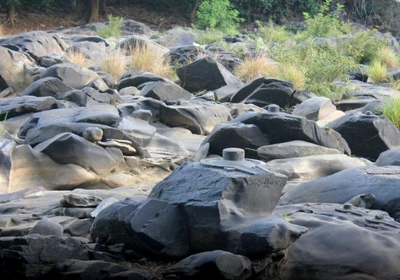 A sziklák között azonban ismeretlen motívumokat is találtak, amelyek nagy valószínűséggel nem hindu jelképek.