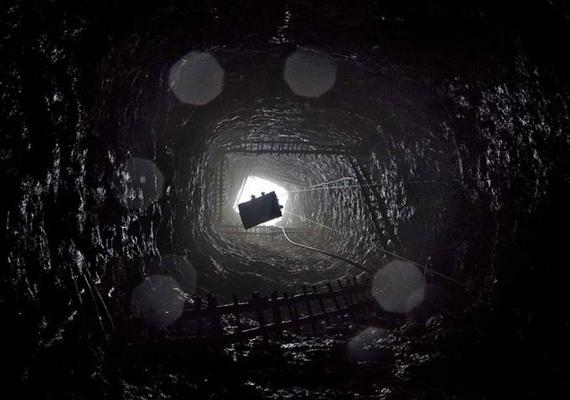 A szénbányában lévő létrák nem tűnnek túlságosan megbízható és stabil szerkezetnek, de csak ezeken lehet lejutni a patkánylyuknak nevezett, 20-40 centiméter magas járatokig, ahová csak egy gyerek fér be, az is csak csúszva-mászva.