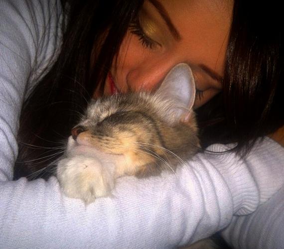 A 23 éves Barbee posztolt egy cuki fotót, amelyből kiderül, ismét imádott cicájával tért nyugovóra.