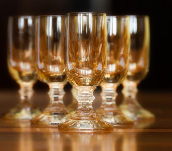 Italfotó. Általában hétvégén szaporodnak el, és minden poháron gondosan be van tagelve az, aki iszik belőle. Az este előrehaladtával érkeznek a kibogozhatatlan kommentek is.
