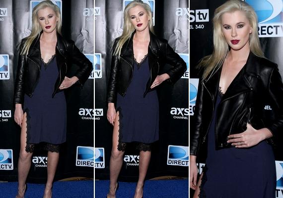 Íme, a felsliccelt kék ruha az előző képről: a modell egy szombati Supew Bowl-partin viselte New Yorkban.