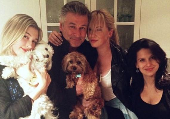 Alec Baldwin balján saját lányával, Irelanddal, feleségével, Hilariával, jobbján pedig Stephen kisebbik lányával, Hailey-vel.