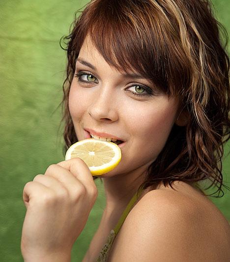 Mint aki citromba harapott  Ha csak egy olyan tárgy van, mellyel nehezen boldogulsz, a babona szerint javíthatsz az esélyeiden egy citrom segítségével. Minden nap reggelén, amikor órád lesz a húzós tárgyból, harapj egy citromkarikába: a hiedelem szerint, ha a citrom savanyú, akkor az órán már nem ér keserű élmény.