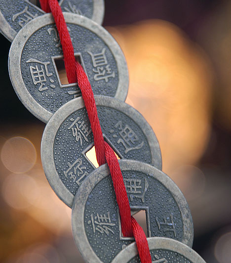 Lyukas érmék  Kezdj el már egy héttel a nagy dolgozat előtt felkészülni - de, ha duplán szeretnéd bebiztosítani magadat, ne csak a tanulással. Üss lyukat néhány régi, apró érme közepébe, és mindennap fűzz fel egyet egy piros szalagra, amit a csuklód köré kötve viselsz. A dolgozat napján már öt lyukas érmének kell a karkötődön lennie. Ha így cselekszel, az öt mágikus érme a jegyedet is az ötös szám felé tereli majd, ráadásul az utolsó éjszakán még a dolgozat kérdéseit is megálmodod - a hiedelem szerint.