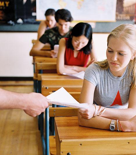 Visszautasíthatod a jegyedetAhogyan rád, úgy a tanárodra is vonatkoznak bizonyos szabályok a dolgozattal és az osztályozással kapcsolatban. A kijavított felmérések érdemjegyeit tudatni kell a diákokkal. Ha a tanár három héten belül sem javítja ki a dolgozatodat, akkor jogodban áll elutasítani az arra kapott osztályzatot, és újraírni a tesztet.