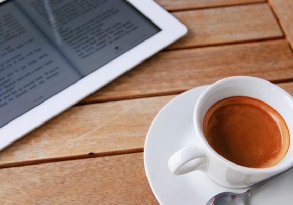Bár a kávé vagy az energiaital jó megoldásnak tűnhet az álmosság leküzdésére, többet ártasz velük, mint használsz - inkább kerüld őket.
