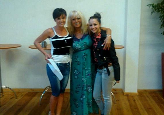 """Patai Anna próbával töltötte a nyári szünet utolsó napját, Csepregi Évával és Szandival közös fellépésükre gyakoroltak. """"Boldog vagyok, hogy mi így hárman, 3 generáció, együtt énekelünk"""" - fűzte Anna a fotóhoz."""