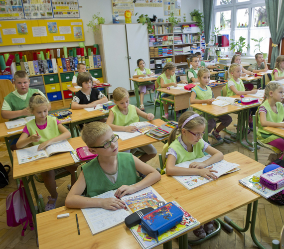 A színes egyenköpenyek viseletét évekkel ezelőtt vezette be az iskola vezetése, a szülők beleegyezésével.