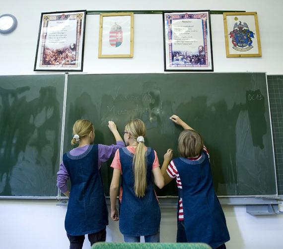 Az iskolában a szülőkkel egyetértve használják a gyerekek a köpenyt.