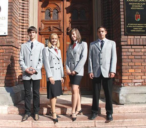 És a kakukktojás. Ez egy magyar iskola egyenruhája. A Xantus János Két Tanítási Nyelvű Gyakorló Középiskoláé. Így is lehet...