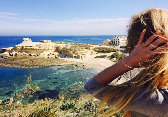 A műsorvezető egyébként elképesztően gyönyörű helyeken járt, és azt is megtudhattuk egy hozzászólásából, hogy Máltán most csak akkor kell kabát, ha elbújik a nap.
