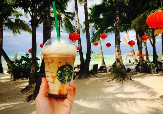 A reggeli kávéról készült fotón megcsodálhatunk egy morzsát a gyönyörű szigetből is.
