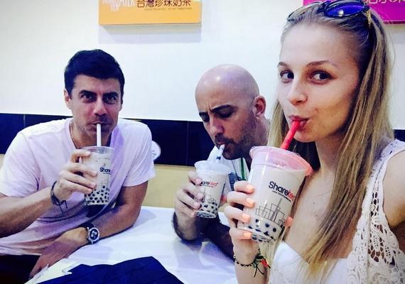 """""""Eredeti taiwani bubble tea Boracay-on"""" - ezen a képen már Eszti vőlegénye, Dobrády Ákos is szerepel."""