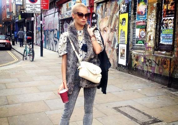 Eszti tökéletesen mutat Kelet-London utcáin.