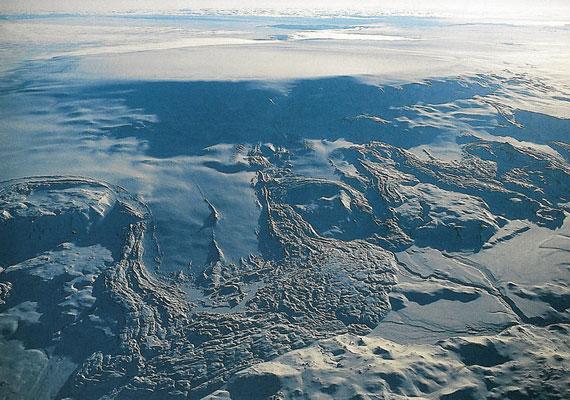 A szakemberek egyelőre nem tudják megmondani, pontosan mire lehet számítani. Ahogy olvad a gleccser, úgy bocsát a levegőbe egyre több gőzt, de a megolvadt jégtől is tartani kell, ami árvizeket okozhat.