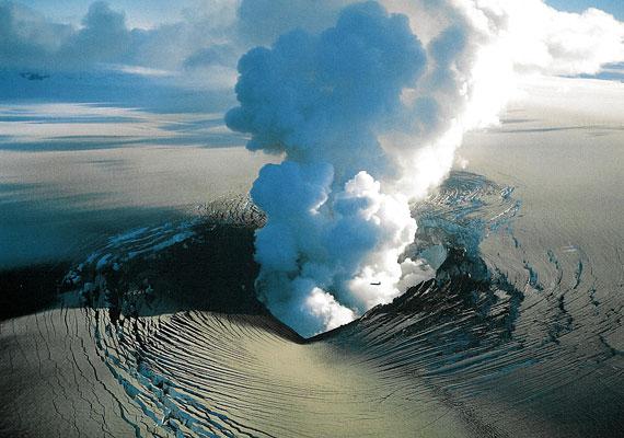 A vulkán már helyenként füstöt okád, a környéket pedig ellepte a hamu. A nemzetközi légiközlekedést egyelőre nem befolyásolja a kitörés. A hamu már szürkére festette a havat is.