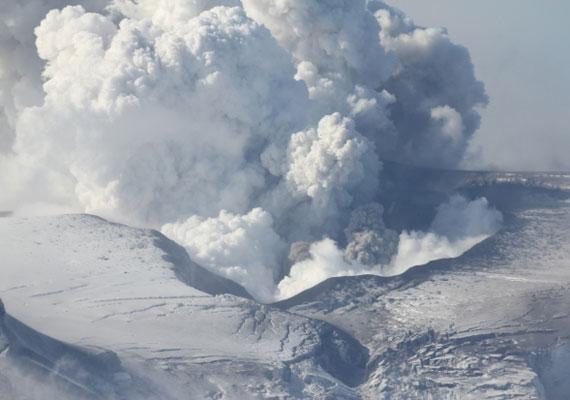 2010-ben egy másik izlandi vulkán füstje és hamufelhője megbénította a teljes nyugat-európai légiközlekedést. Sokan most is ettől tartanak, hiszen a láva még felszínt sem ért, a füst már most szivárog egyes helyekről.