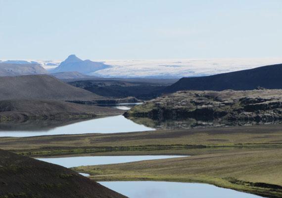 120 méter vastag jégtakaró borítja a gleccsert, ami alatt a vulkán kitört. A hatóságok tehetetlenek, azon kívül, hogy feszülten figyelik a fejleményeket.