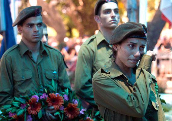 Cafrif-Bar-Or 32 éves izraeli őrnagytól vesznek végső búcsút. Eddig 27 izraeli katona vesztette életét a hadműveletben, egy pedig eltűnt.