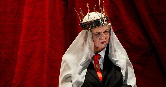 Pogány Judit ebben a szokatlan jelmezben Eleonóra királynét, János király anyját alakítja.