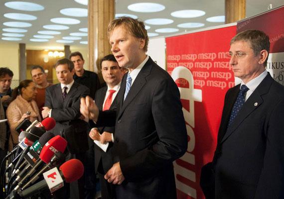 Mesterházy Attila, Bajnai Gordon, Gyurcsány Ferenc és Fodor Gábor. A január 14-én bejelentett megállapodás szerint ez volt a sorrend az ellenzéki összefogás közös választási listáján. A közös lista mellett a közös egyéni jelöltek nevéről is ekkor állapodtak meg az érintett pártok, az MSZP, az Együtt-PM, a Demokratikus Koalíció, valamint némi meglepetésre a Magyar Liberális Párt. Ez utóbbi azért volt érdekes, mert Fodor Gábor egykori SZDSZ-elnök pártja alig rendelkezett támogatottsággal.