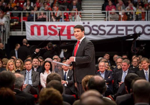 """A Magyar Nemzet szerint valaki azt kiabálta, hogy """" kötelet"""" Mesterházy Attila beszéde közben a január 25-i MSZP-kongresszuson. A baloldal közös miniszterelnök-jelöltje szerint azonban a börtön szó hangzott el a nézőtérről bekiabáló szájából. A vitatott kijelentés akkor hangzott el, amikor Mesterházy Mészáros Lőrinc felcsúti polgármesterről és rejtélyes meggazdagodásáról beszélt."""