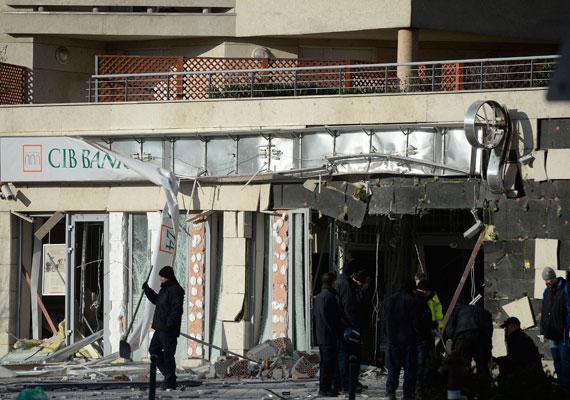 Január 13-án hétfő hajnalban erős robbanás rázta fel a 13. kerület egy részének lakóit. Egy Lehel utcai bankfiók elé ismeretlen tettes vagy tettesek bombát helyeztek el. A robbanás következtében az épület erősen megrongálódott, de személyi sérülés nem történt. A felelősöket azóta sem sikerült megtalálni.
