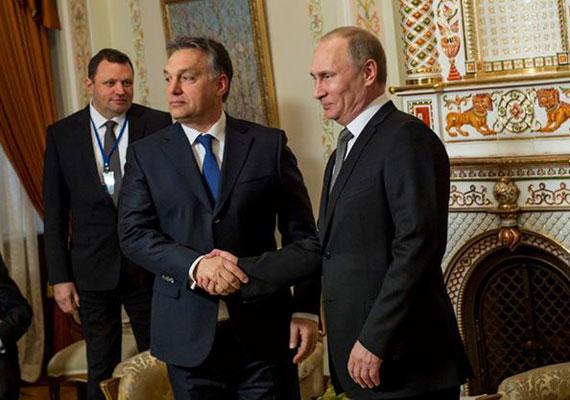 Az év elején Orbán Viktor Moszkvába utazott, majd egy komoly horderejű bejelentéssel tért haza: az oroszok bővíthetik a paksi atomerőművet. Hogy erre készül, azt már január elején megírta a Népszabadság. A döntés azért lehetett váratlan, mert korábban Orbán a bővítéssel kapcsolatban még tender kiírásáról, nemzetközi pályázatról és kormánybizottságról beszélt. Később azonban szűk körben hozták meg a döntést a hatalmas beruházásról, amelyhez Moszkva 3000 milliárd forintos hitelt biztosít hazánk számára.