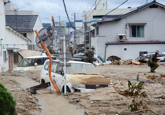 Jól látható, hogy a város egyes részein derékig ér a sár. A legnagyobb gondot mégis az okozta, hogy rengeteg épület dőlt össze a lavina miatt.