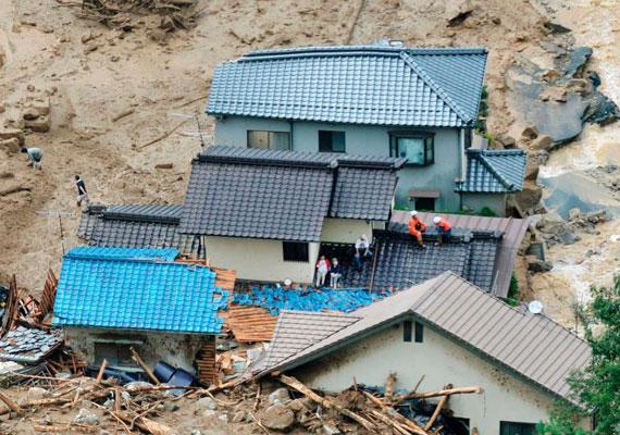 Ennek a háznak a lakói szerencsésnek mondhatják magukat. Éppen az ő házuk előtt állt meg a hömpölygő sártömeg. A törmelékekből látható, hogy előzőleg már letarolt pár épületet.