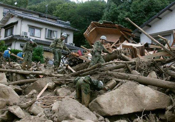 Nagyjából háromezer ember éjjel és nappal, folyamatosan kutat a túlélők után. Az idővel egyre fogy az esély, hogy bárkit élve megtalálnak a romok alatt.
